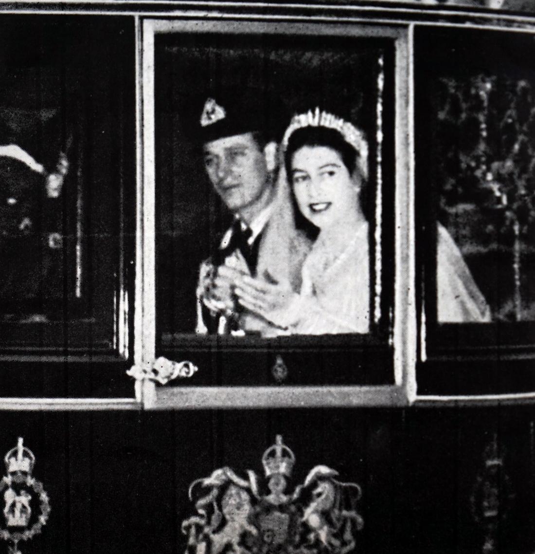 当地时间1947年11月20日,婚礼当日,马车上的新婚夫妇。