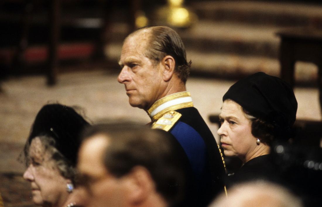当地时间1979年9月5日,英国伦敦威斯敏斯特教堂,英国女王伊丽莎白二世和菲利普亲王参加蒙巴顿勋爵的葬礼。