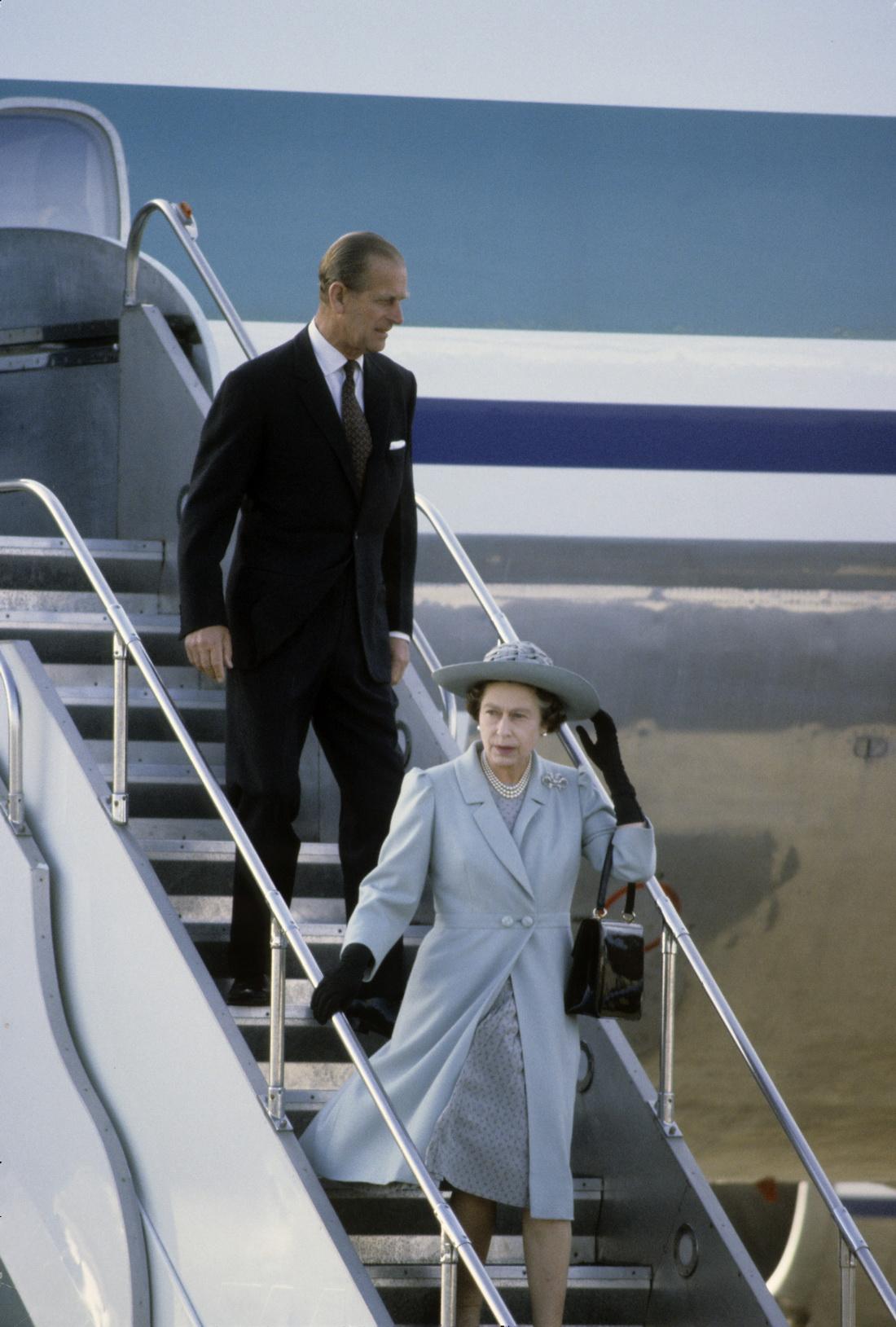 当地时间1981年10月,英国女王伊丽莎白二世和菲利普亲王抵达新西兰惠灵顿访问。