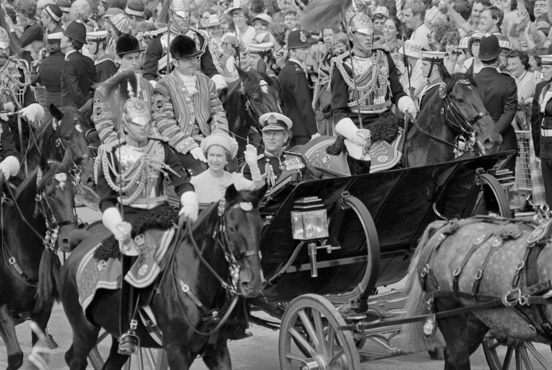 当地时间1981年7月29日,伦敦,英国女王伊丽莎白二世和菲利普亲王乘坐马车参加王储查尔斯王子和戴安娜的婚礼。