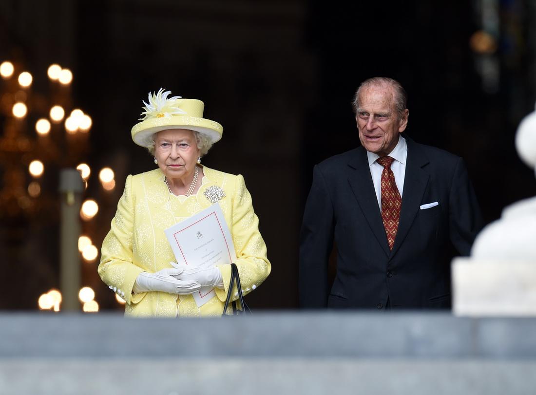 当地时间2016年6月10日,英国伦敦,伊丽莎白女王和菲利普亲王抵达圣保罗大教堂。当日,圣保罗大教堂举行全国感恩仪式,庆祝伊丽莎白女王90岁生日。当日恰好也是菲利普亲王95岁生日。