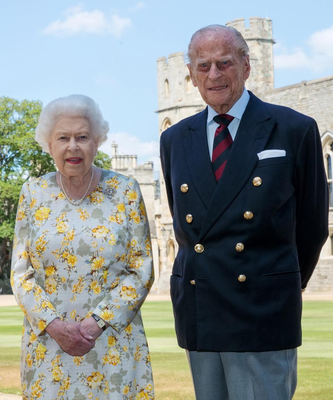 当地时间2020年6月10日是菲利普亲王99周岁的生日,英国白金汉宫发布了女王伊丽莎白二世和菲利普亲王的新照片。这张照片于6月1日摄于温莎城堡。