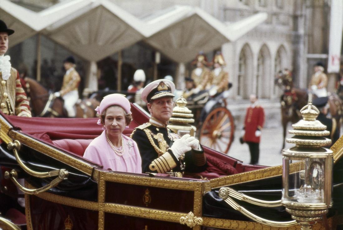 当地时间1977年6月7日,英国伦敦,英国女王伊丽莎白二世和丈夫菲利普亲王乘坐马车参加女王登基25周年庆典。