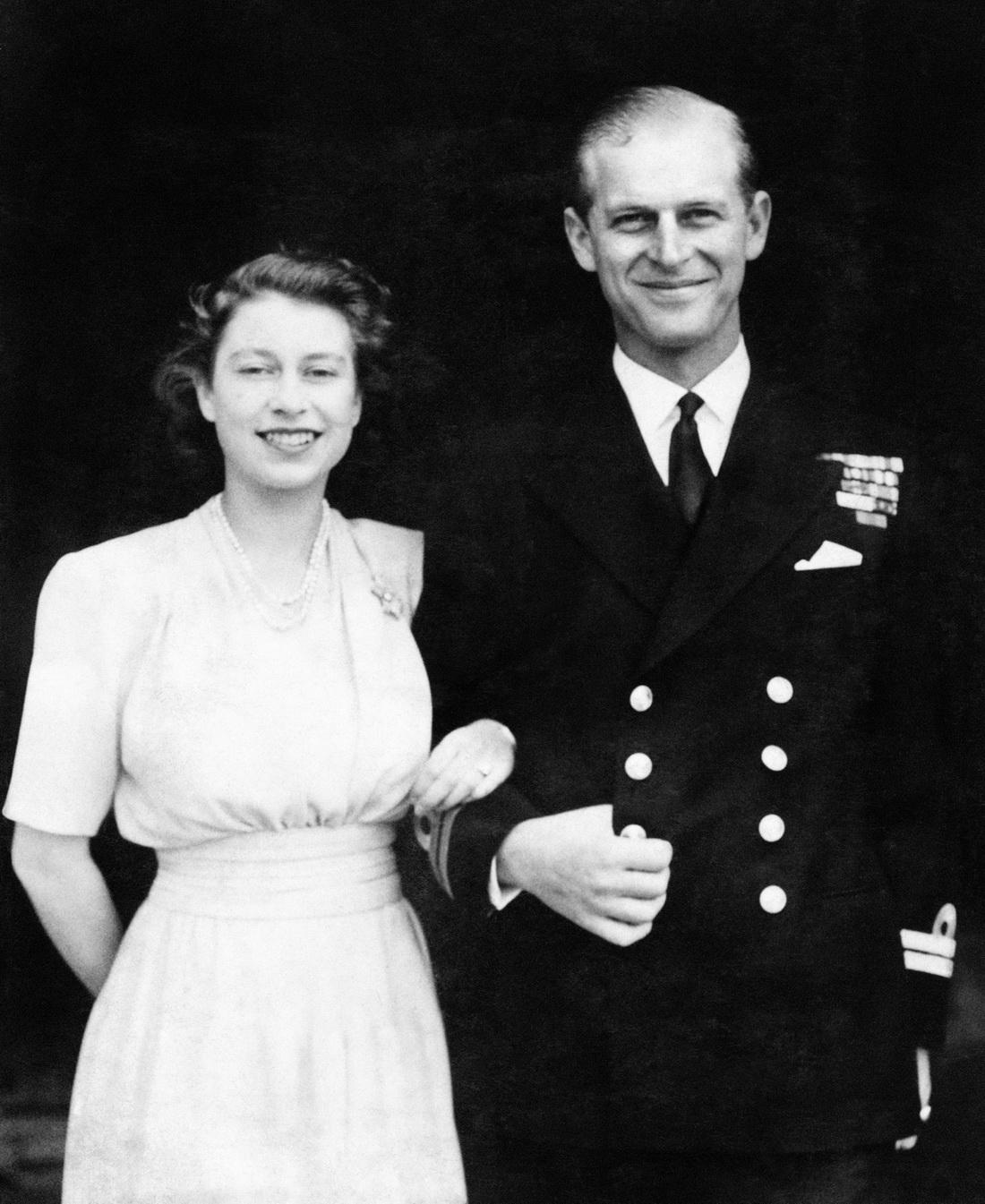 当地时间1947年7月10日,伊丽莎白和菲利普手挽手出现在皇家宫邸前,正式宣布订婚。菲利普因此放弃了希腊与丹麦王子的头衔,改东正教信仰为英格兰教会,并改姓了自己母亲的姓氏蒙巴顿。