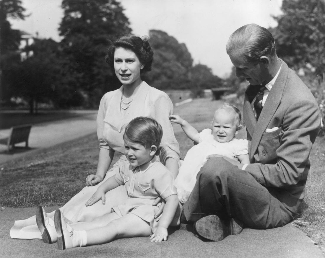 当地时间1951年8月9日,伦敦克拉伦斯宫,伊丽莎白和菲利普以及他们的两个孩子,查尔斯王子和安妮公主。