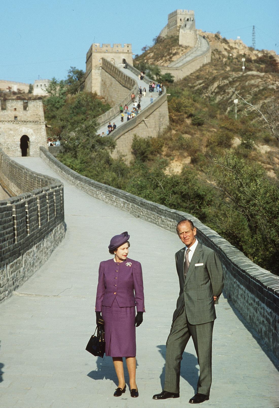 1986年 , 英国女王伊丽莎白二世和菲利普亲王访问中国时 , 在长城合影 。