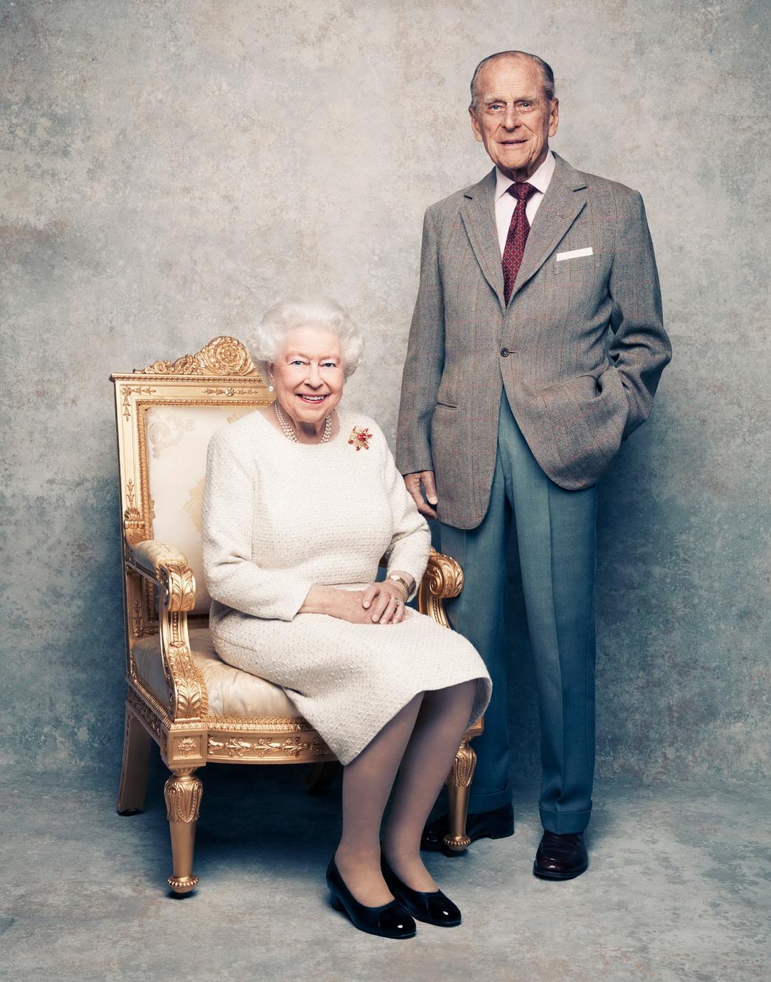 当地时间2017年11月18日,白金汉宫发布英女王伊丽莎白二世和菲利普亲王庆祝结婚70周年纪念合照。