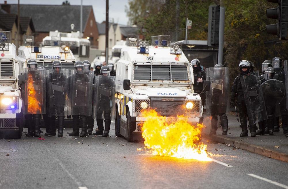 """当地时间2021年4月8日,英国北爱尔兰首府贝尔法斯特,当地骚乱在持续。英首相约翰逊呼吁""""通过对话解决分歧""""。"""