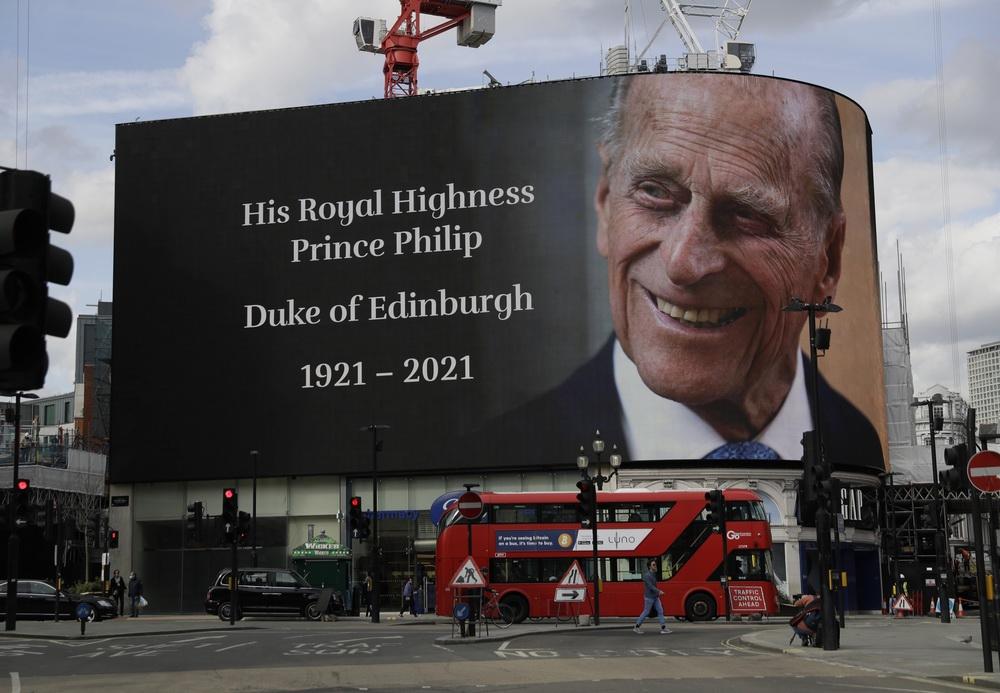 当地时间2021年4月9日,英国伦敦,皮卡迪利广场大屏幕播放菲利普亲王的照片,悼念菲利普亲王去世。
