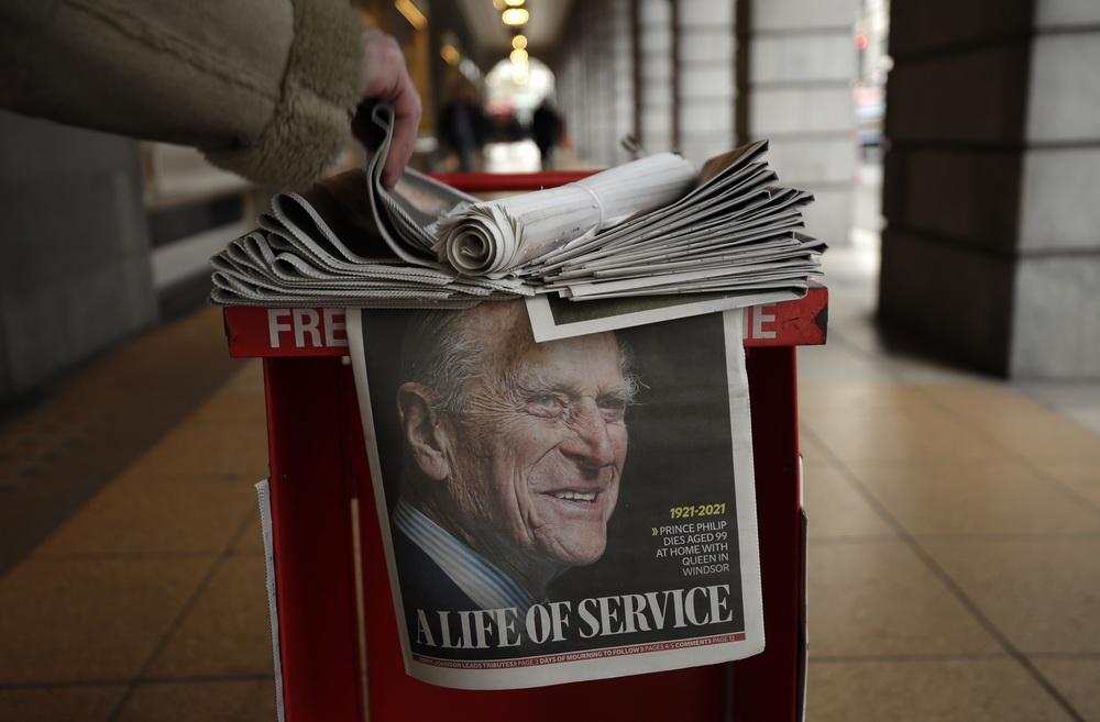 当地时间2021年4月9日,英国伦敦,报纸头版报道英国菲利普亲王去世的新闻。英国王室9日发表声明说,英国女王伊丽莎白二世的丈夫菲利普亲王当天上午在温莎城堡去世,享年99岁。菲利普亲王的葬礼将在温莎城堡圣乔治教堂内举行。