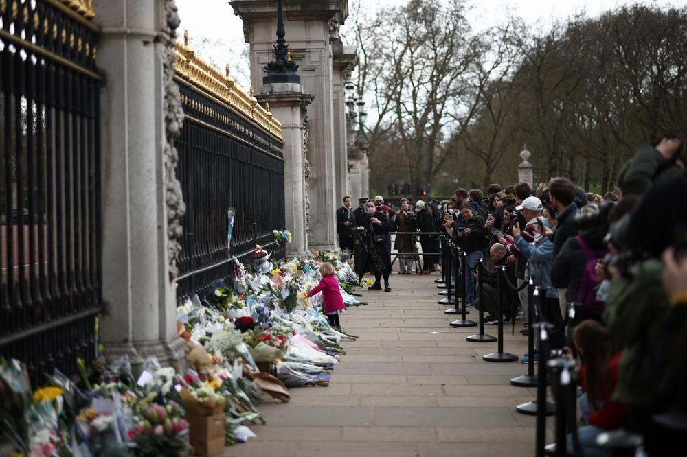当地时间2021年4月9日,英国民众在伦敦白金汉宫门前摆放鲜花,寄托哀思。