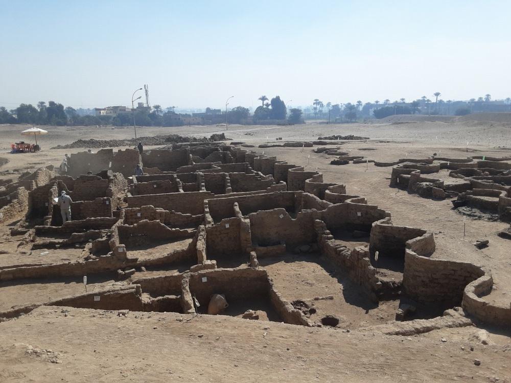 """当地时间2021年4月8日,埃及卢克索,扎西·哈瓦斯埃及考古研究中心公布在""""失落的黄金城""""出土的大量文物照片。这座城市距今已有3000年。"""