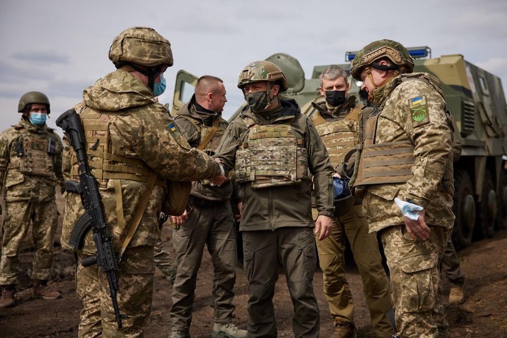 当地时间2021年4月8日,乌克兰总统泽连斯基(中)在顿巴斯地区乌政府军阵地视察。当前该地区安全局势趋于恶化,今年以来当地政府军同民间武装的冲突已造成26名乌军士兵死亡。