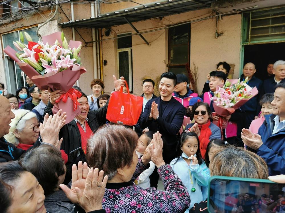 """曹杨二村首批旧住房成套改造的签约住户开启""""外搬过渡季""""。"""
