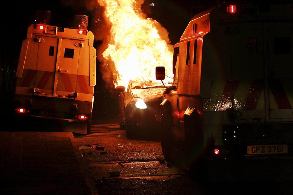 当地时间2021年4月9日,英国北爱尔兰首府贝尔法斯特,当地骚乱持续,抗议期间,汽车被引燃。
