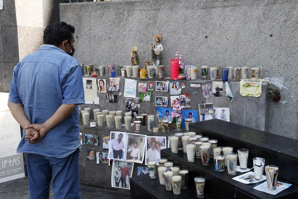 当地时间2021年4月9日,墨西哥首都墨西哥城,当地民众前往一所教堂,纪念因新冠肺炎而去世的人们。