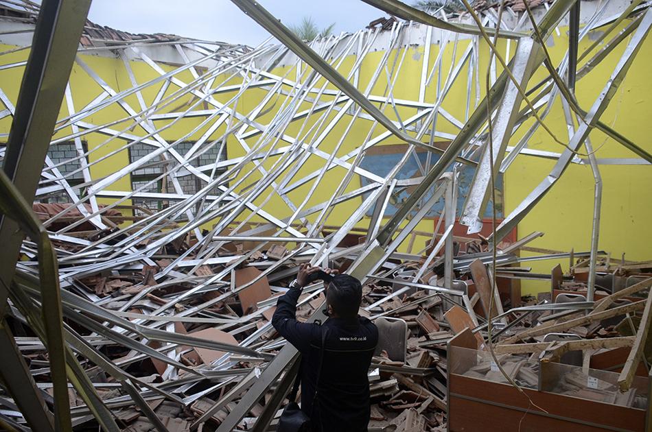 当地时间2021年4月10日,印尼东爪哇省南部海域当天下午发生的6.1级地震,已造成6人死亡、1人重伤,大量建筑物被毁。