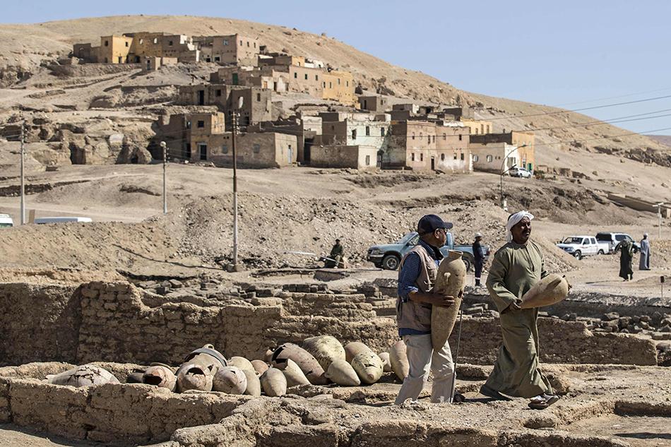 """当地时间2021年4月10日,埃及南部城市卢克索地下发现了距今3000多年的古埃及重要城市遗址,出土大量文物。按照考古人员说法,这是迄今在埃及发现的规模最大的古城遗址,整体保存良好,已出土大量生活用品,堪称古埃及版""""庞贝古城""""。随着挖掘工作深入,古城遗址有望出土更重要文物,不排除权贵人物陵墓。"""