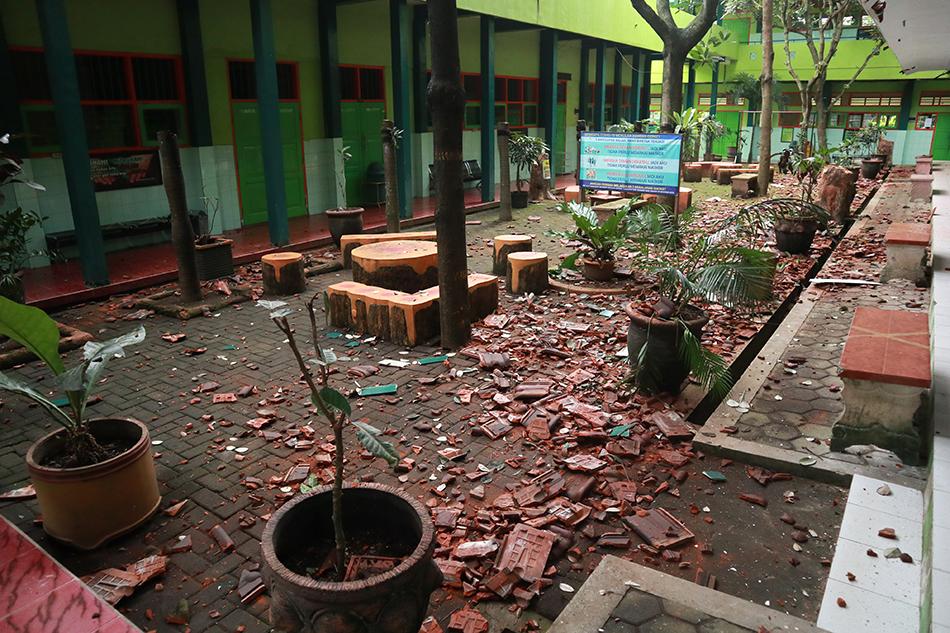 当地时间2021年4月10日,印度尼西亚东爪哇省玛琅的一所学校在地震发生后一片狼藉。