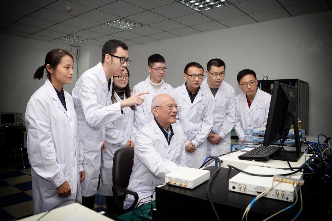 刘永坦院士(中)与团队成员一起在实验室里工作(资料照片)。新华社发(兰锐 摄)
