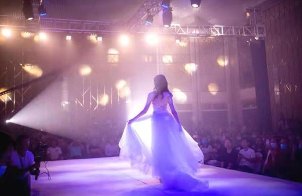 2021年4月10日晚,广东湛江,一台精彩的时装大秀拉开了第八届万国小姐中国区大赛启动仪式的序幕,20多名青春佳丽震撼亮相,展现她们的魅力和风采。 郭一江 图文