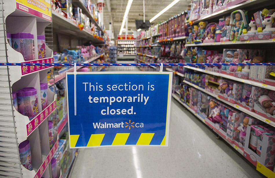 当地时间2021年4月8日,加拿大安大略省米西索加,一家商场的非必需商品区域暂时关闭。