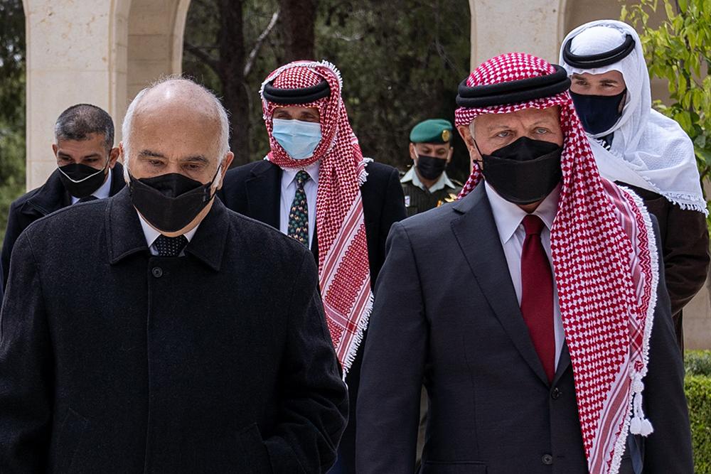 """当地时间2021年4月11日,约旦王室成员聚集在一起,纪念约旦建国100周年。这是自约旦王室风波以来,约旦国王阿卜杜拉二世(右)以及约旦亲王哈姆扎·本·侯赛因(中)首次共同露面。据外媒此前报道,当地时间3日,约旦政府以""""国家安全""""为由逮捕了一些该国知名人士,而哈姆扎给英媒发视频自称被""""软禁""""。一天后,约旦官方声称""""发生未遂政变"""",哈姆扎亲王因""""参与其中而受到调查""""。4月5日,约旦王宫和哈姆扎亲王的心腹均表示,哈姆扎已与阿卜杜拉二世国王达成和解,并表示将继续效忠国王及约旦宪法。"""