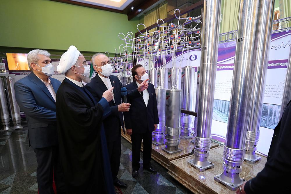 当地时间2021年4月10日,在伊朗首都德黑兰,伊朗总统鲁哈尼(左二)参观核技术展。伊朗总统鲁哈尼10日下令启动伊朗纳坦兹核设施内的164台IR-6型离心机,开始生产浓缩铀。伊朗当天举行核技术日线上纪念活动。在当天的活动上,伊朗推出133项该国在核技术领域取得的成就。