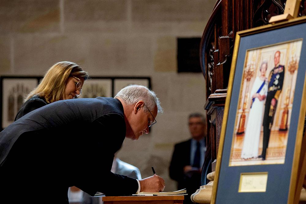 当地时间2021年4月11日,澳大利亚悉尼,澳大利亚总理莫里森偕夫人前往圣安德鲁斯大教堂参加哀悼仪式,缅怀英国菲利普亲王。