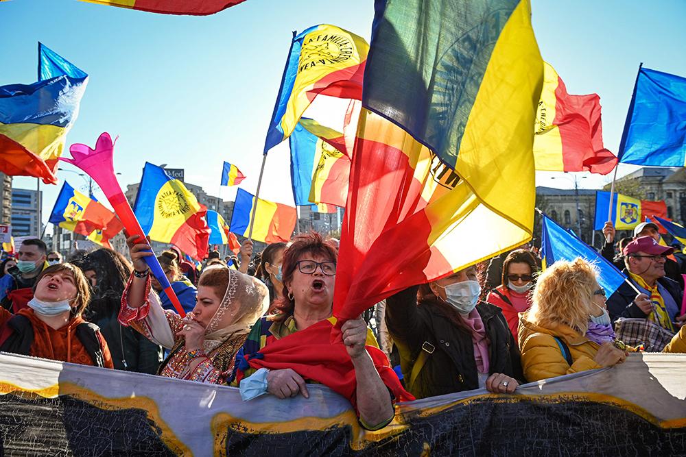 当地时间2021年4月10日,罗马尼亚首都布加勒斯特,当地民众走上街头抗议政府强制接种新冠疫苗,并反对防疫封锁政策。罗马尼亚官方10日公布的新冠疫情数据显示,该国过去24小时新增确诊病例4310例,累计确诊超过百万例。
