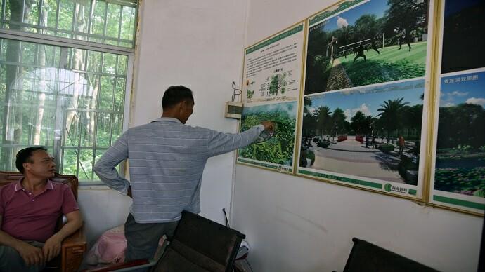 村民展望乡村发展前景,未来可期。许尔生摄影
