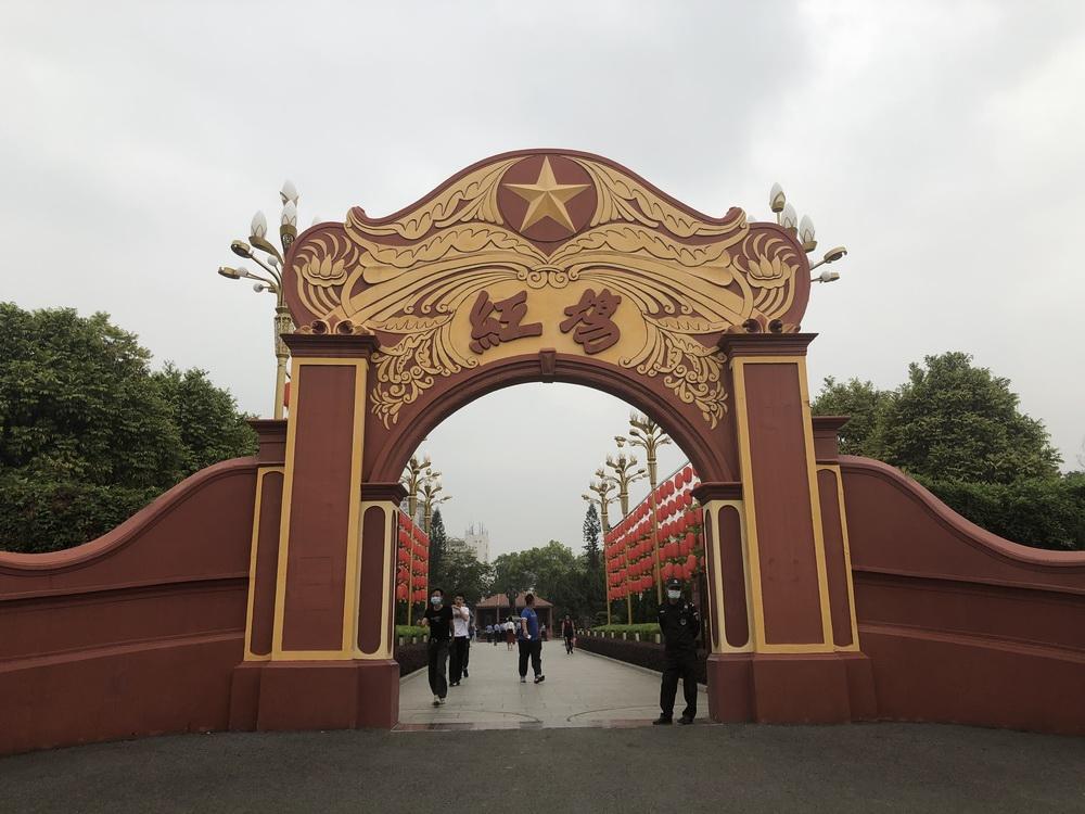 1927年11月,海丰工农兵代表大会在红宫召开,宣布海丰苏维埃政府成立。同年12月,5万余人聚集于红场,共同庆祝海丰县苏维埃政府成立。如今,红宫红场是当地知名旅游景点,一年吸引游客超200万人次。