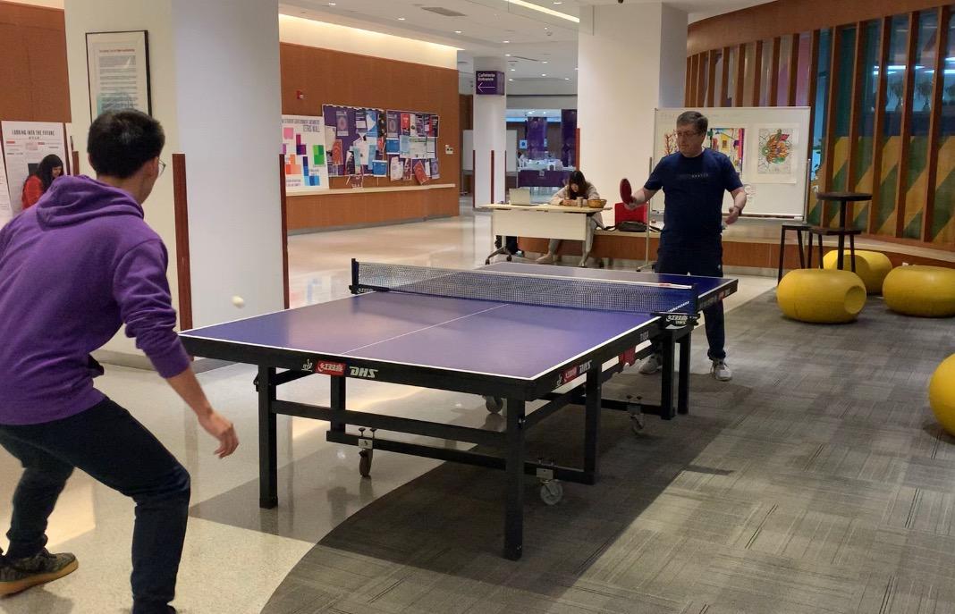 3月31日,杰弗里·雷蒙(右)与上海纽约大学的学生打乒乓球。 澎湃新闻记者 陈沁涵 图