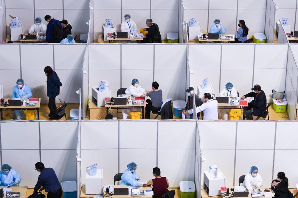 2021年4月9日,市民在南京市鼓楼区五台山体育中心接种新冠疫苗。鼓楼区五台山体育中心是目前南京市最大规模的集中接种点,单日接种量可达10000剂次。李博/新华社 图