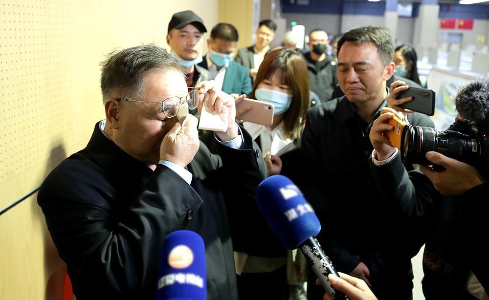 2021年4月9日,张伯礼院士重返武汉江夏方舱医院所在地,回忆当时工作场景时不禁落泪。2020年2月,中国工程院院士张伯礼、北京中医医院院长刘清泉率领近400名医护人员进驻武汉江夏方舱医院,收治新冠肺炎患者564人。中新社记者 张畅/视觉中国 图