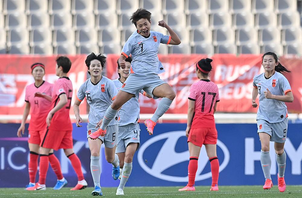 2021年4月8日,东京奥运会女足预选赛附加赛首回合比赛中,中国女足队员王霜点球破门后一跃而起,最终在客场以2:1击败韩国女足。双方次回合比赛将于13日16时在中国苏州开战,这是一场将决定中国女足能否杀进东京奥运会的生死之战。遗憾的是,队长吴海燕由于在奥预赛中累计两张黄牌遭遇停赛,无缘这场比赛。IC photo 图