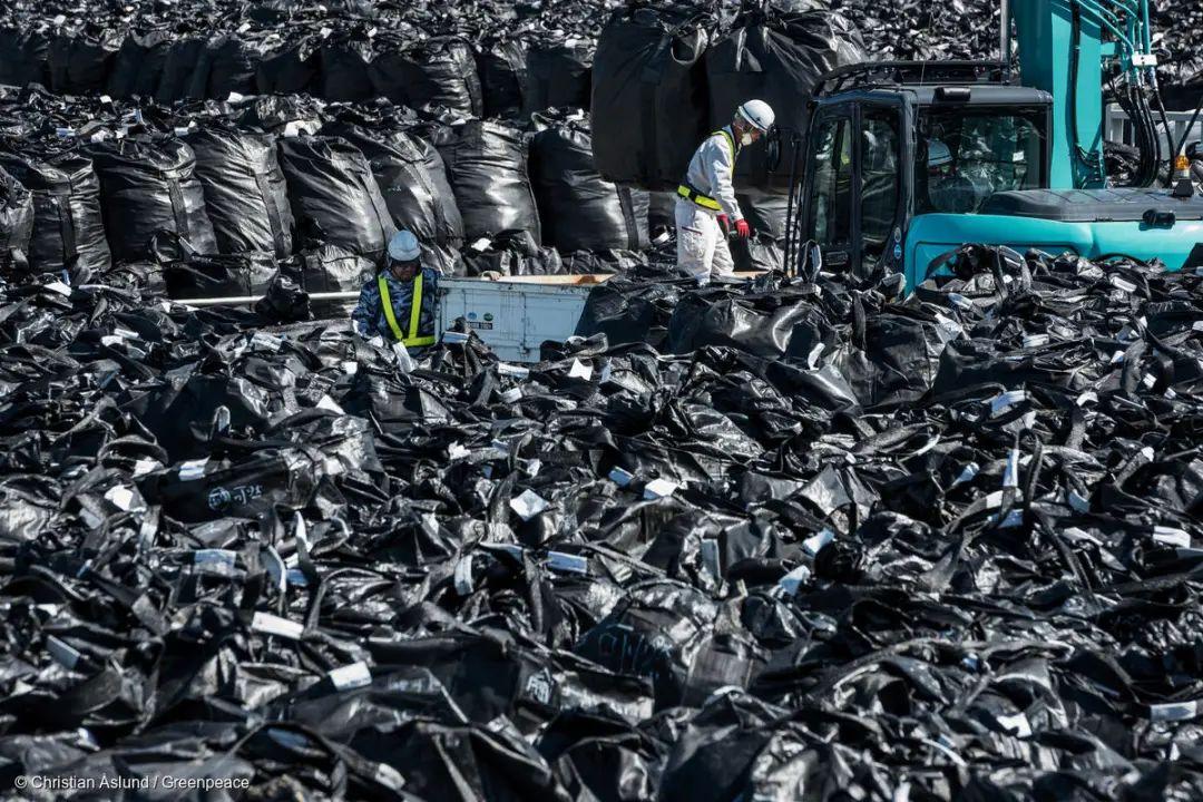 2017年10月3日,工作人员在核废料储存场工作。