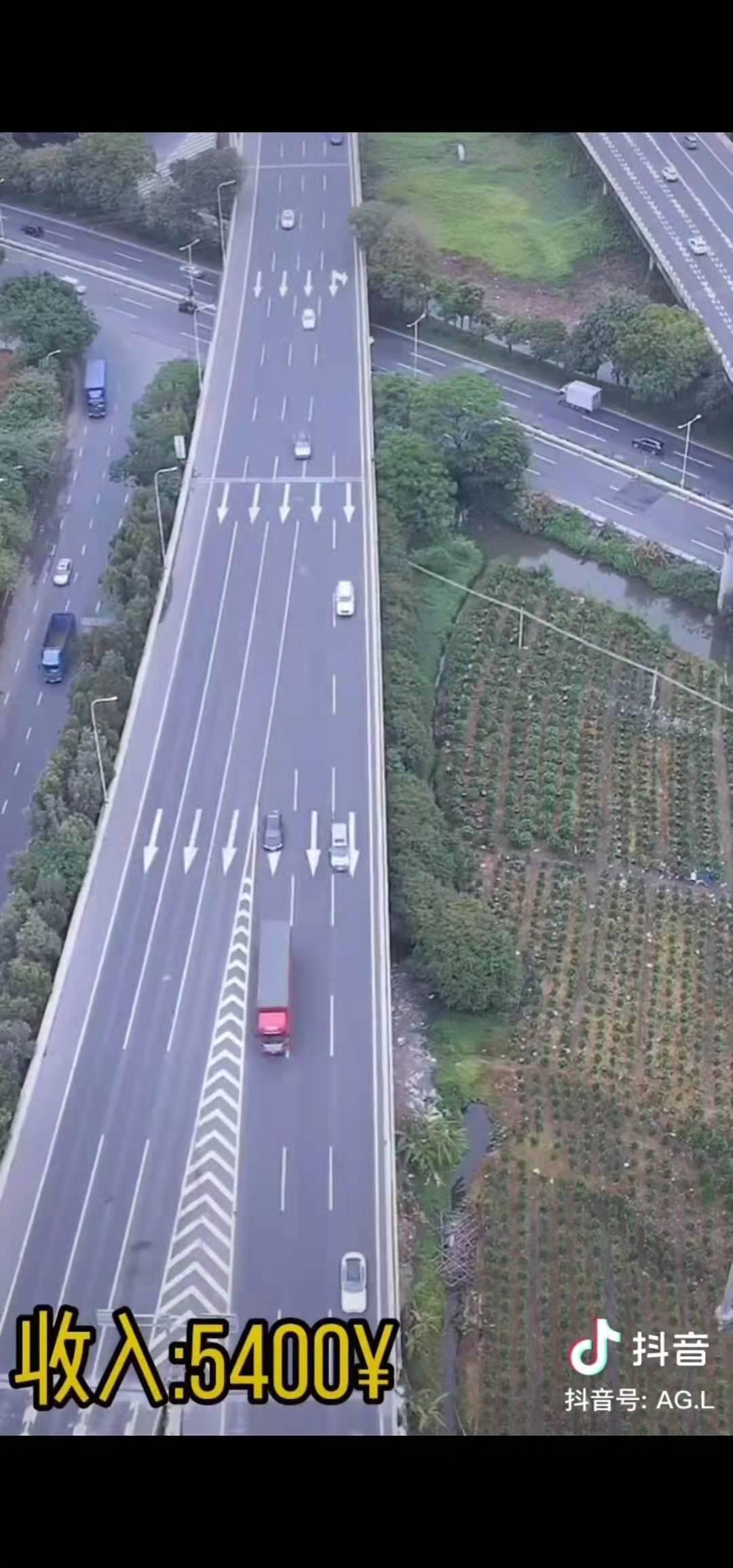 有网友拍摄视频称,3分钟内共有27辆车压线违章。