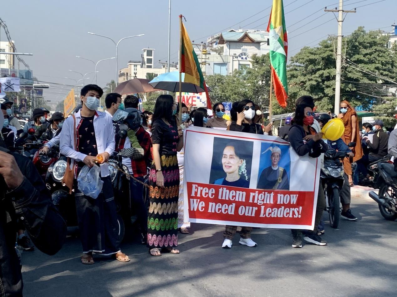 """游行示威队伍举着""""释放我们的领导人""""的横幅。受访者供图"""