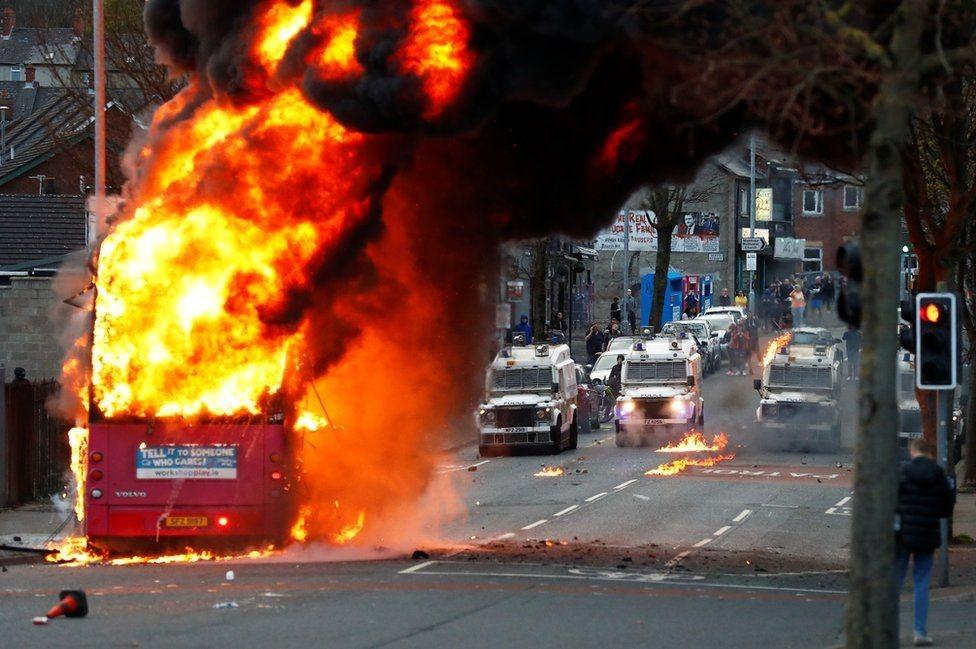 暴乱中心的贝尔法斯特,一辆行驶的双层公交车被劫持、烧毁。