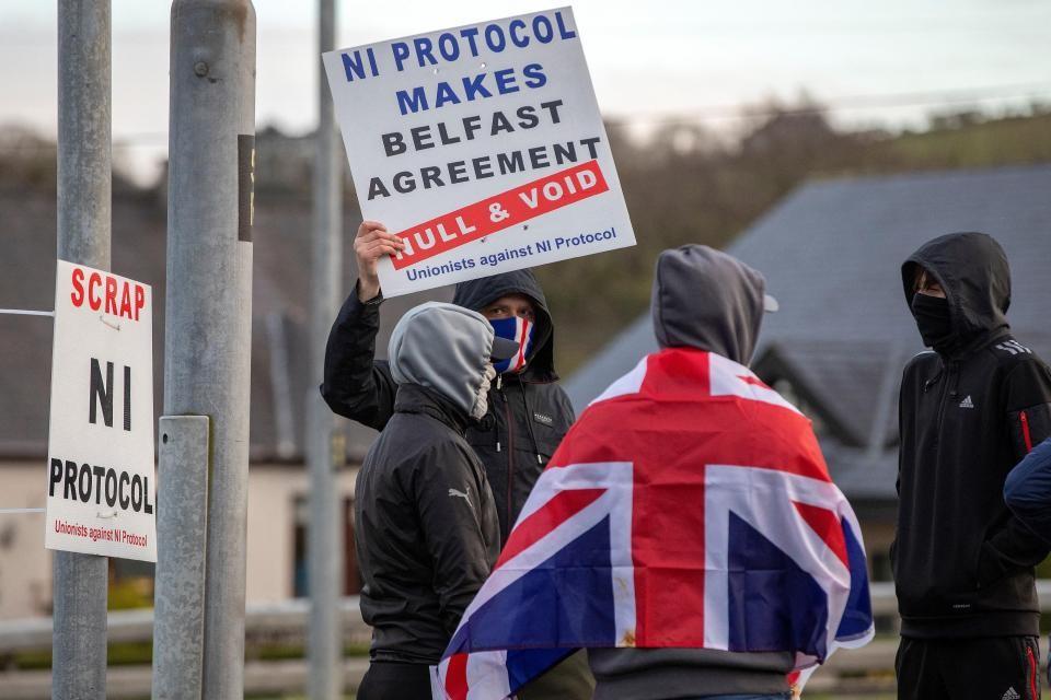 4月6日,亲英派聚居区的抗议者身披英国国旗,再次打出废除北爱尔兰议定书的标语。