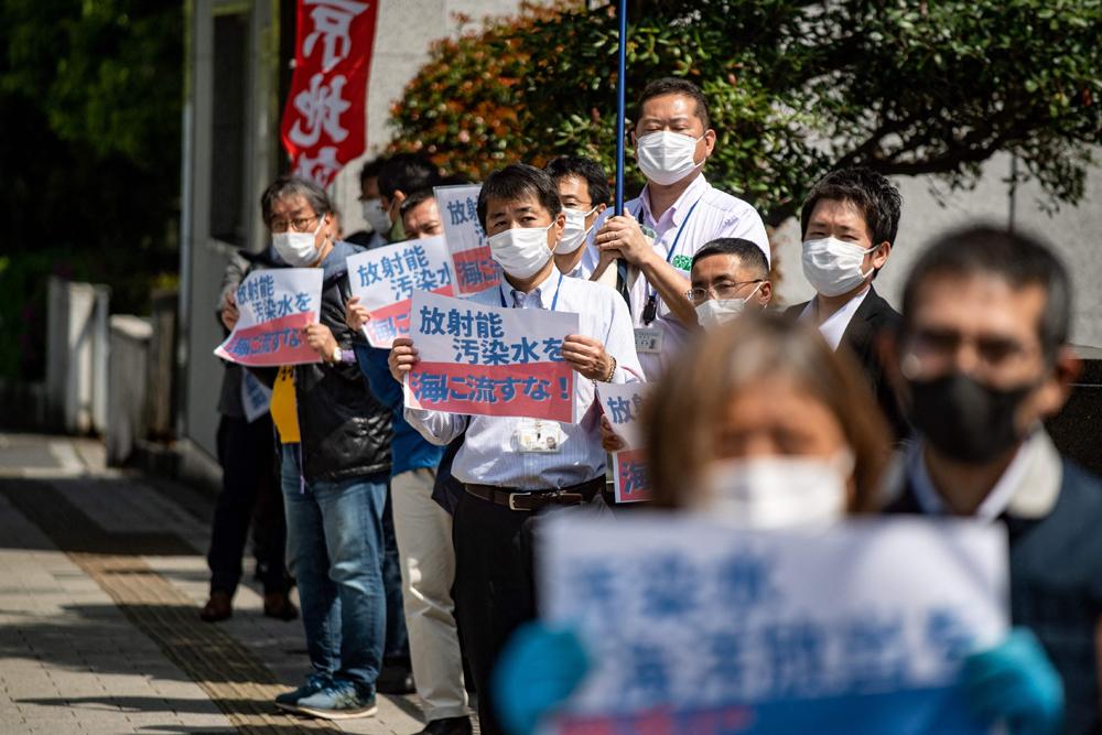 当地时间2021年4月11日,日本东京,当地的民众自发举行集会,打出反对含氚废水排入海洋、海洋在哭泣等标语,希望日本政府不要单方面地强行决定。