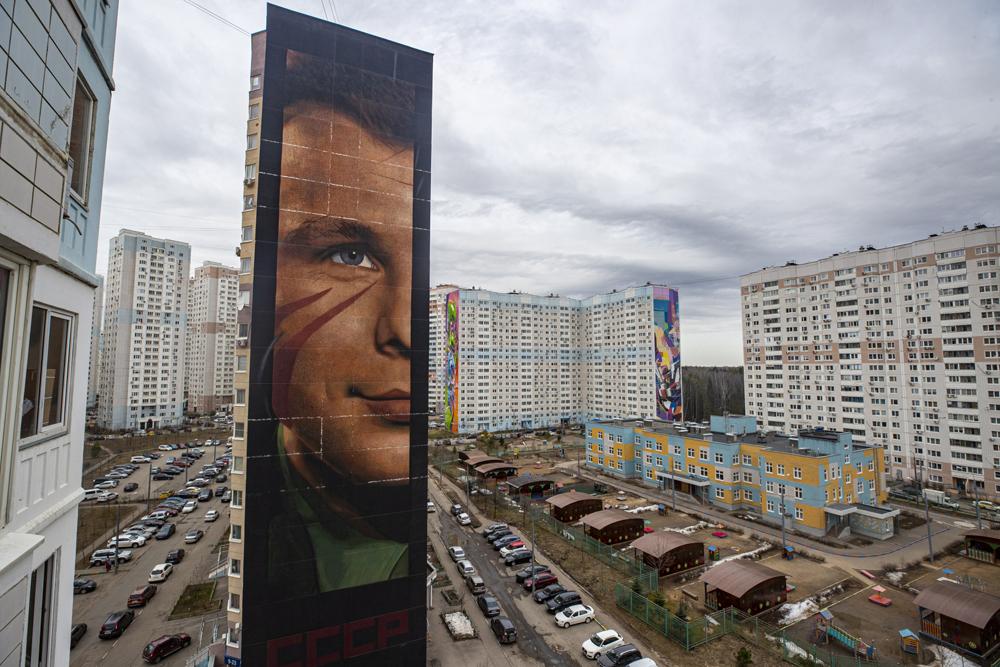 当地时间2021年4月12日,俄罗斯莫斯科,当地竖起一幅60米高加加林肖像,纪念人类首次进入太空60周年。1961年4月12日,加加林进入太空,那是人类首次造访太空,今年恰好是60周年纪念。