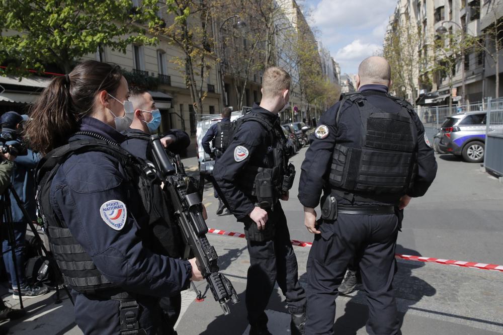 当地时间2021年4月12日,法国巴黎,当地一家医院门口发生一起枪击事件,导致1人死亡,1人受伤。