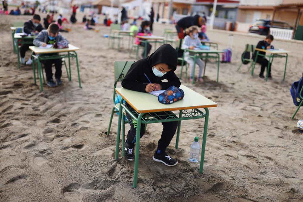 当地时间2021年4月12日报道,西班牙卡塔赫纳,为防范新冠疫情,当地一所学校将课堂搬到沙滩上,让学生们呼吸新鲜空气,避免室内聚集。