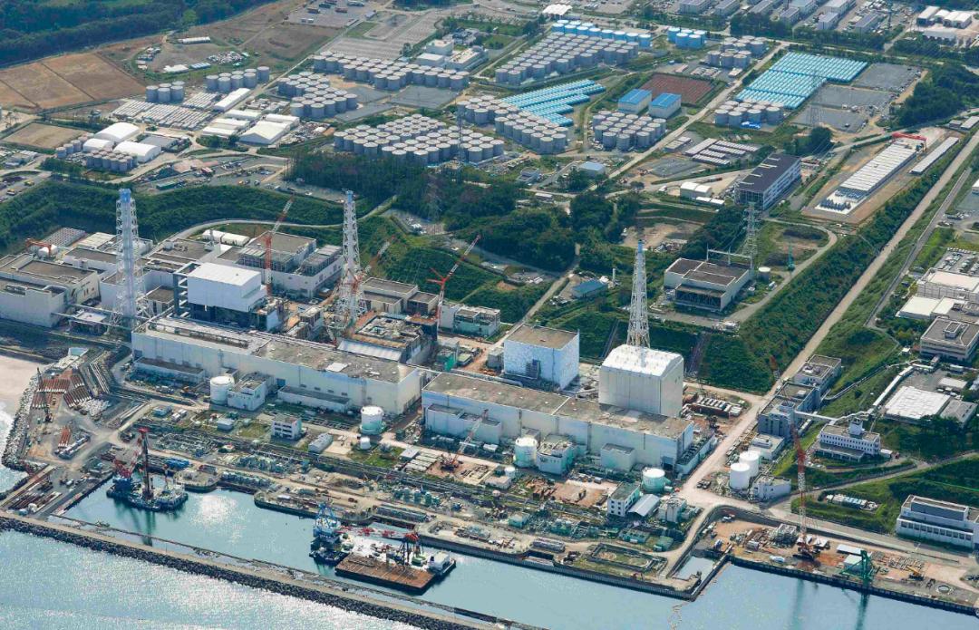福岛第一核电站及其污水存储罐全景图。 新华社 图