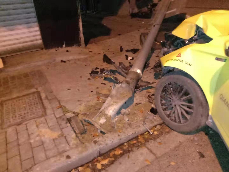 男子夺车后撞向电线杆