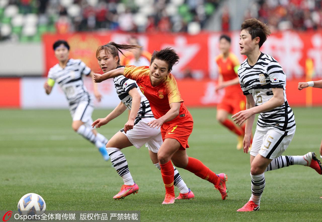 王霜在比赛中拼抢。