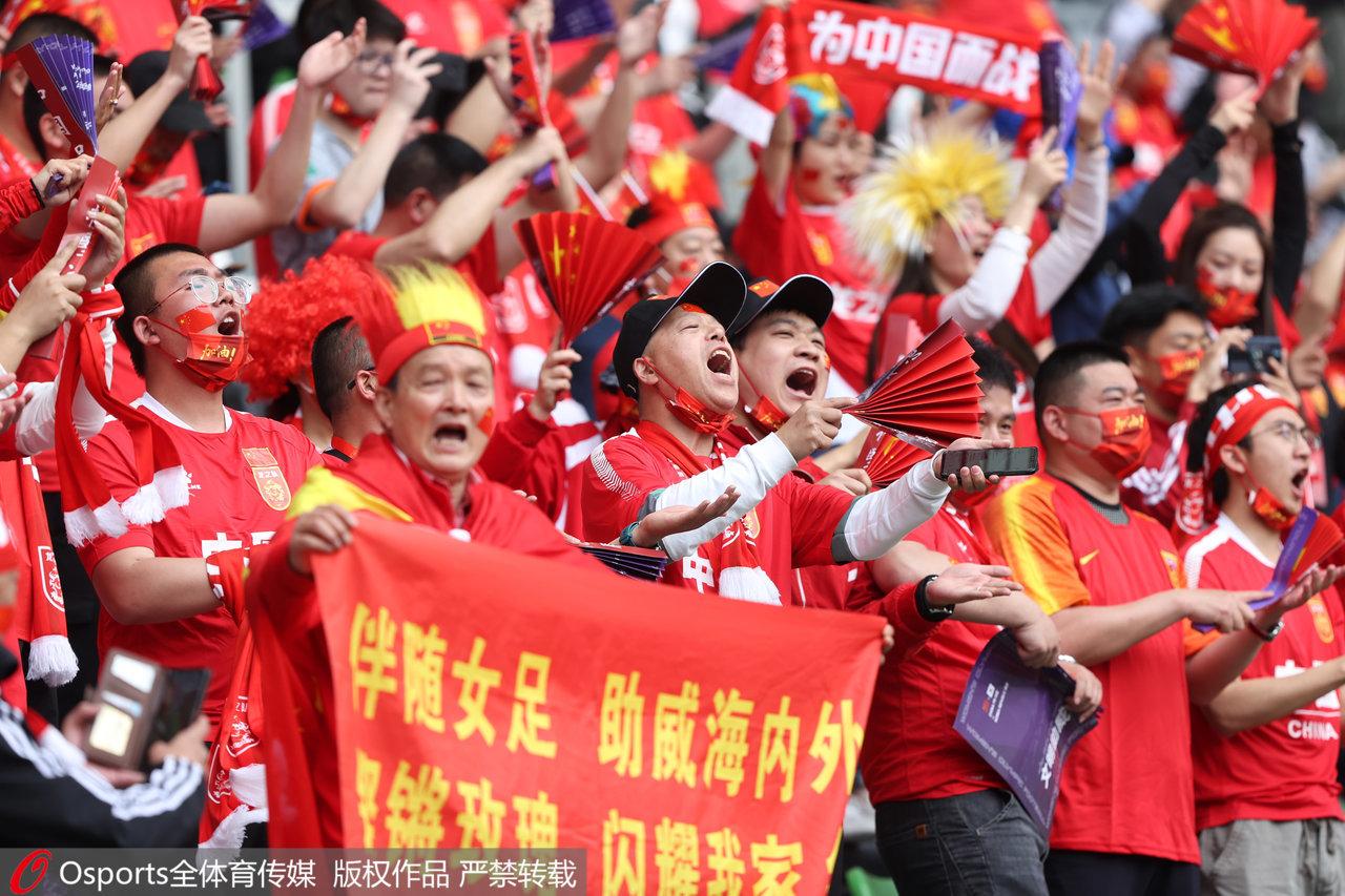 现场加油的中国球迷。