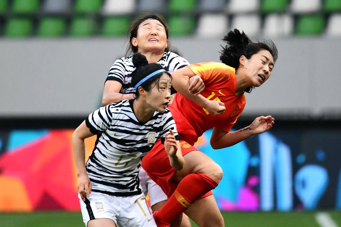 中国女足队员唐佳丽(右)在比赛中